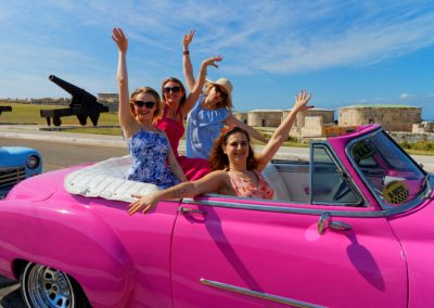 Roześmiane dziewczyny w różowym kabriolecie, Hawana, wyjazd dla kobiet na Kubę