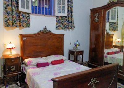 Pokój w casa particular. Zabytkowe meble i lampy.