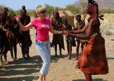 Beata Radecka uczy tańczyć plemię Himba. Namibia