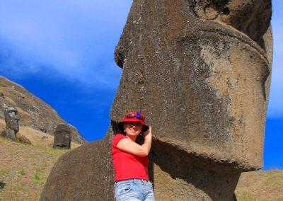 Beata Radecka i moai na Rapa Nui, Wyspa Wielkanocna, Chile