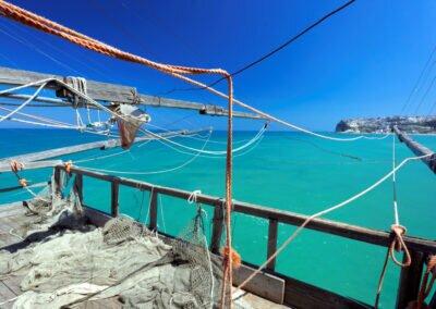 Tradycyjne wieze do polowu ryb, trabucco na Adriatyku, Apulia, Italia