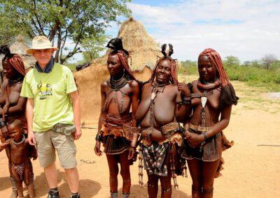Namibia, pamiątkowa fotografia turysty w wiosce Himba